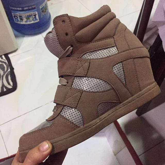 S&H wedge shoes size 9 brown very nice and comfortable to use. Used only once👍