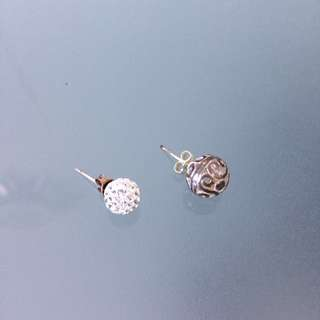 2 pairs round silver earrings