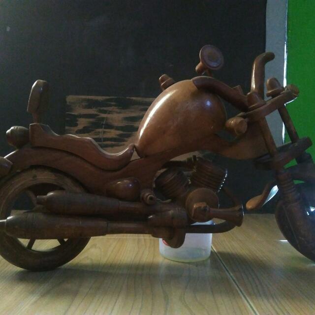 Pajangan motor kayu