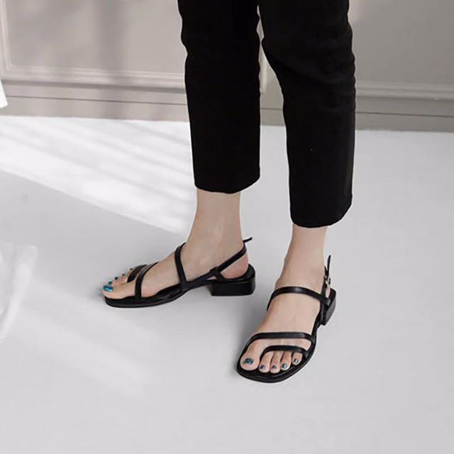 韓範兒,現貨不多,售完不追加👉🏻簡約時尚露趾線條低跟粗跟涼鞋