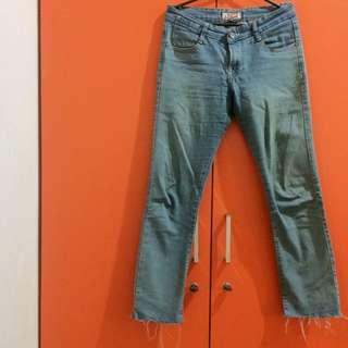 Straight distress jeans