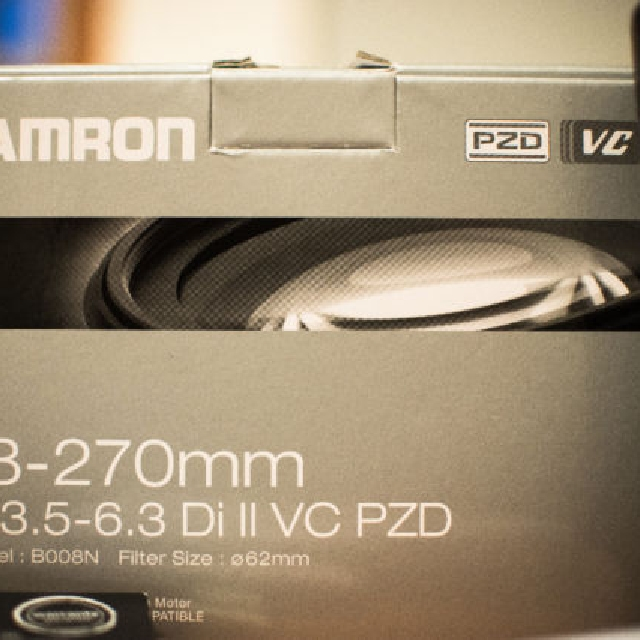 Tamron 18-270mm SuperZoom lens Nikon -- like new!