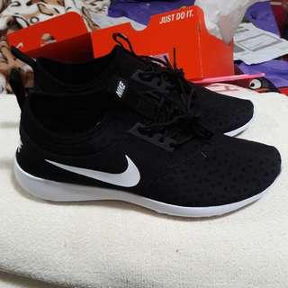 Nike black a d white black shoes (UK 7.5)