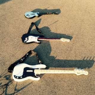 3 guitars fender, rockband, guitar hero