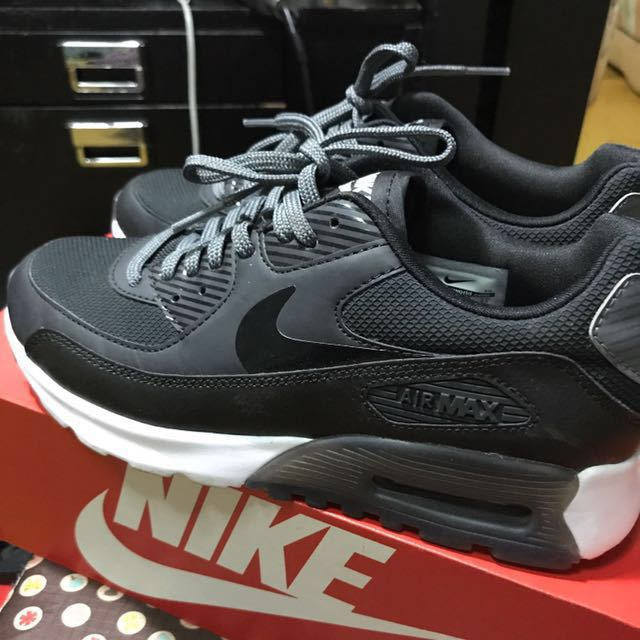 NIKE W AIR MAX 90 ULTRA ESSENTIAL SIZE : UK 4.5 CM 24 BR 36 EUR 38