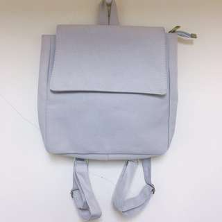 🚚 灰色正方形後背包