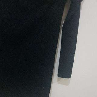 Black Sabrina Shirt . Bahan Tebel Adem ..melar. Good Quality . Size S - M . Warna Masih Bagus ... di Foto Wrna Kyk Agak Pudar Krn Efek Cahaya