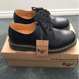 Dr. Martens Unisex 1461 Classic flat shoes