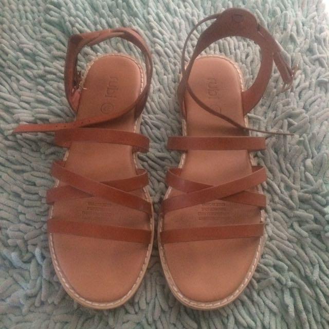 Sepatu sandal rubi