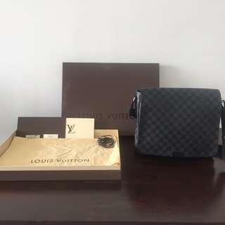 🚚 LOUIS VUITTON Damier Graphite District MM Messenger Bag