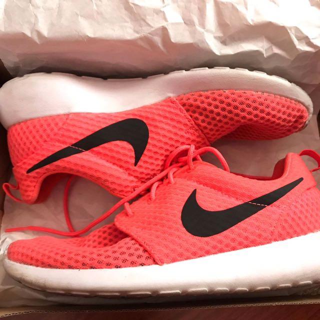 Nike Roshe Size 7 / WMNS