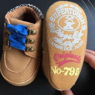 Sepatu boots bayi