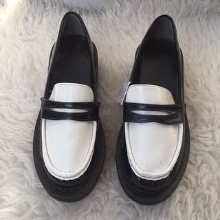 new with tag Original UG by Uniqlo black and white platform ( size 37 ) (23cm )