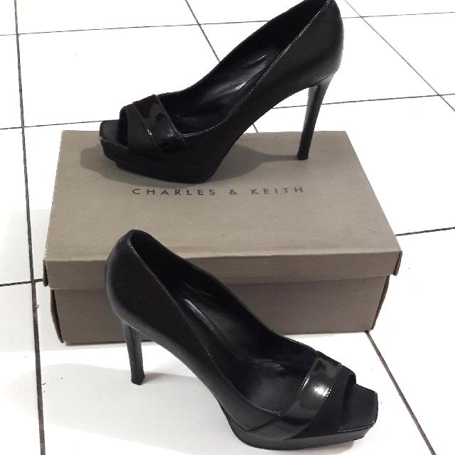 Sepatu Charles   Keith Hitam Garis cecd36cf66