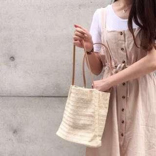 米色手提草包