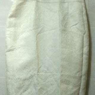 XL碼白色緹花半身裙。