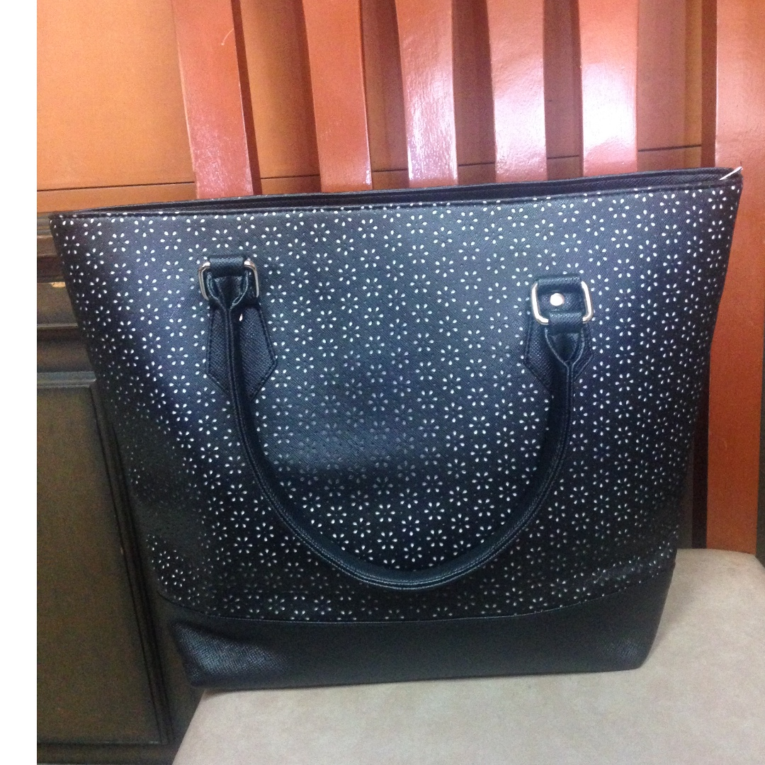 Chic sturdy and professional Black Hand bag