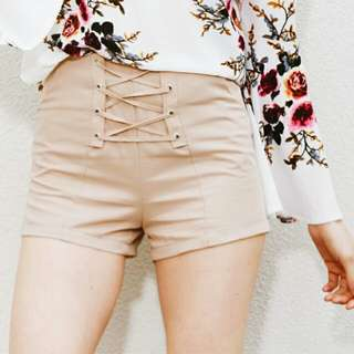 Short pants with lace