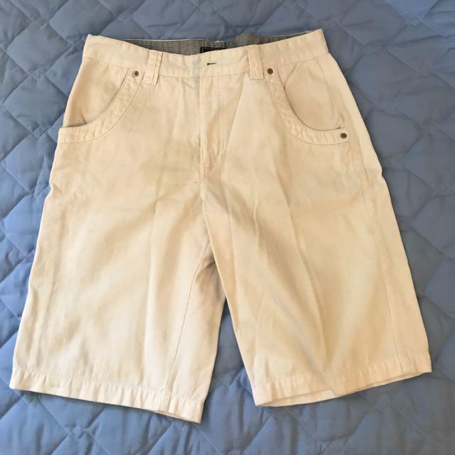 白色硬挺短褲