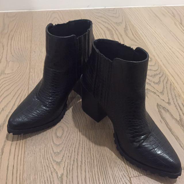 Black Snakeskin Printed Heeled Boots Sized 8/39