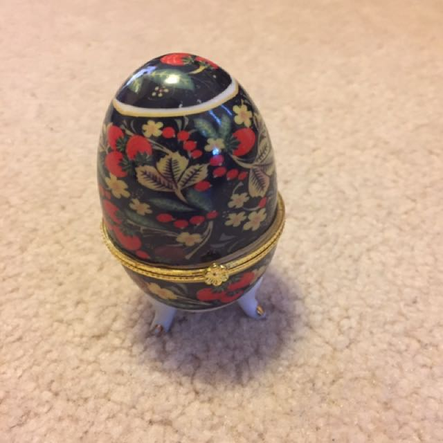 Vintage egg jewellery organizer