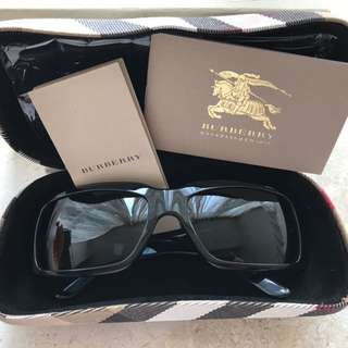 Burberry black sunglasses 😎