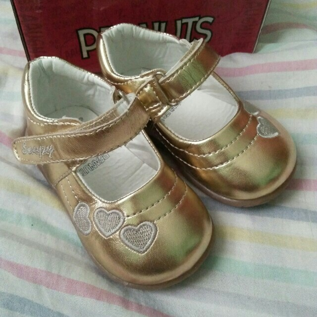 Gold shoes size 23 (Peanuts)