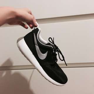*REDUCED* Nike Roches Youth