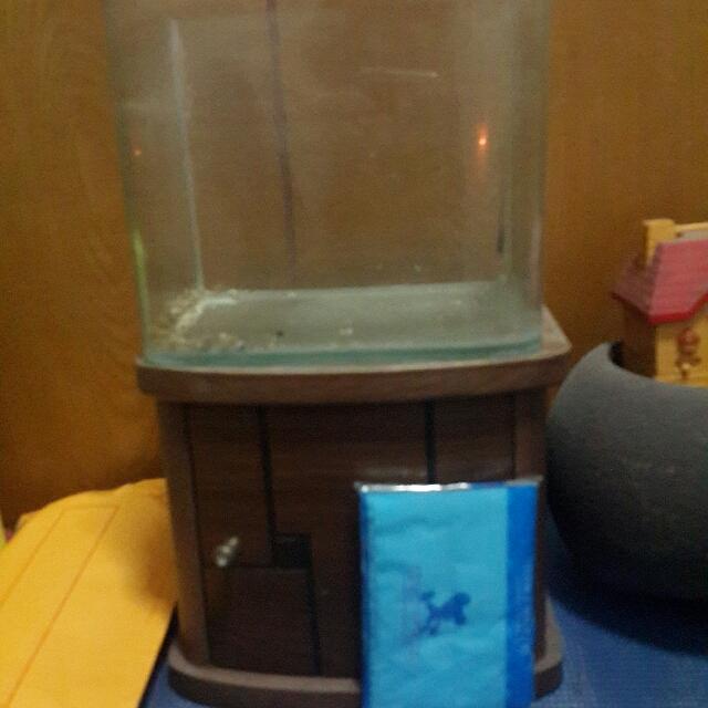 小魚缸+小櫃子 面紙為比例尺(可換物)玻璃大約13×14×18櫃子大約14×19×17公分(手量誤差勿介意)