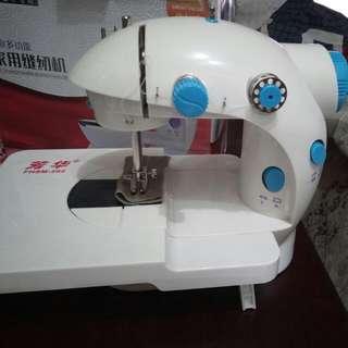 用家給予🆗好評!100%全新~迷你多功能家用電動衣車一台帶🈶擴展平台,可电池或交流电操作,簡單易用。實物拍照,它不是玩具,是双線縫紉機。平售$130。 100% new ~ mini multi-functional home sewing machine, COME WITH Expansion Panel , DC or AC operation, easy to use.  It's not a TOY, it's a double line sewing machine.Sale $130.
