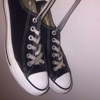 BLACK AND WHITE LOW TOP CONVERSE