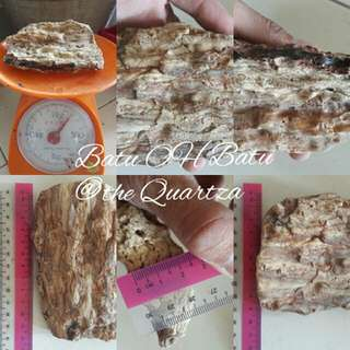Gems type : Fossil Damar (Copal/Amber) Origin : Malaysia (Sarawak) Cut : Rough Color : refer picture Price : Rm 10.00 Postage : RM 10.00 Weight : 200g Size : 12cm×9cm×2.5cm Cod : 96000 Sibu  Pm me Wasap.my/60109640967  Visit page Batu OH Batu @the Quartza