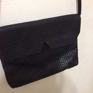 pull&bear黑色幾何圖騰皮革小包