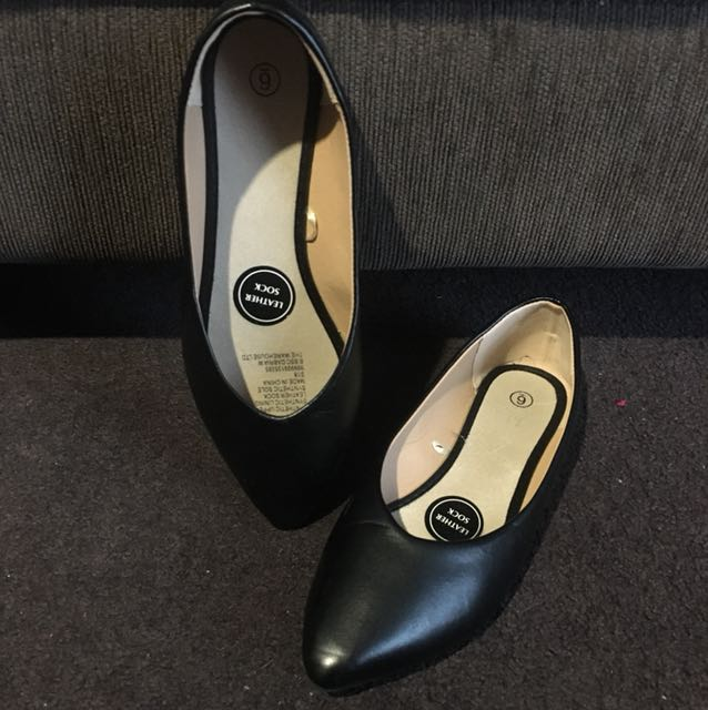 Black pointed leather shoes size 6