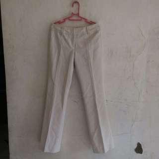 Celana bahan putih tulang