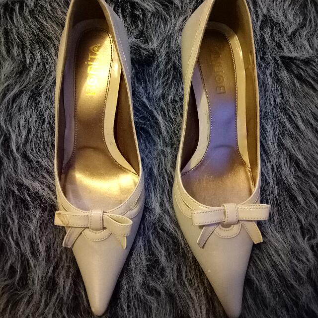 Gorgeous Size 22.5 Or Size 6 Beige White Nude Pointy Toe Pointy Heels Perfect Condition Never Worn New Very Versatile Wear Very Chic