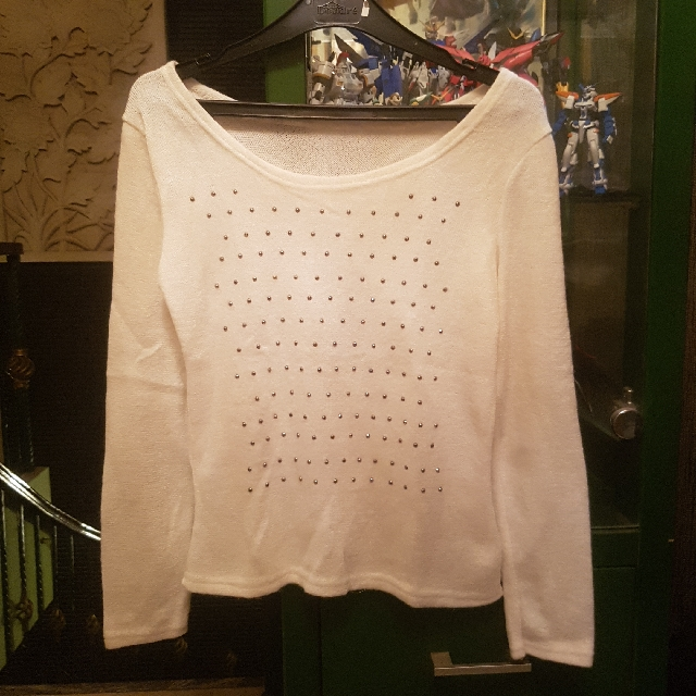 White long sleeve tshirt sweater