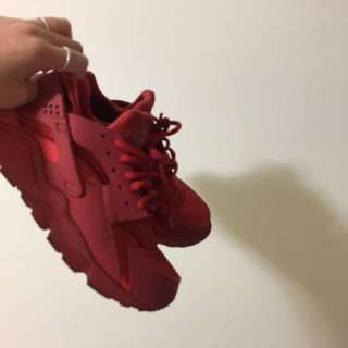NIKE ALL RED HUARACHES