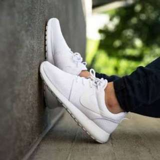 White Nike Roshes Size 5 (35)