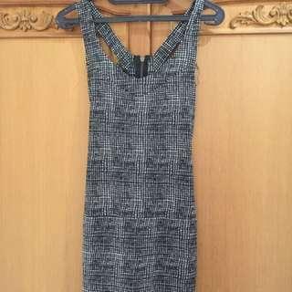 Dress motif bolong belakang
