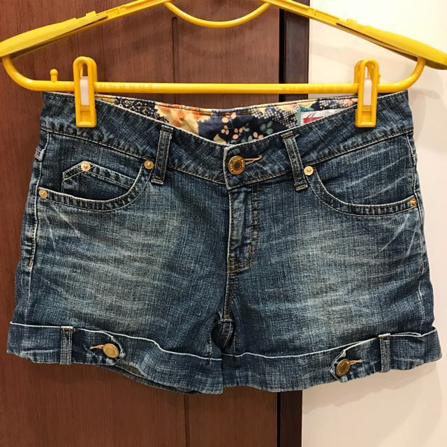 《BOBSON》小尻革命反褶淺藍牛仔短褲(L)