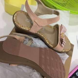 NWT girl strap sandal for 3-4 yo