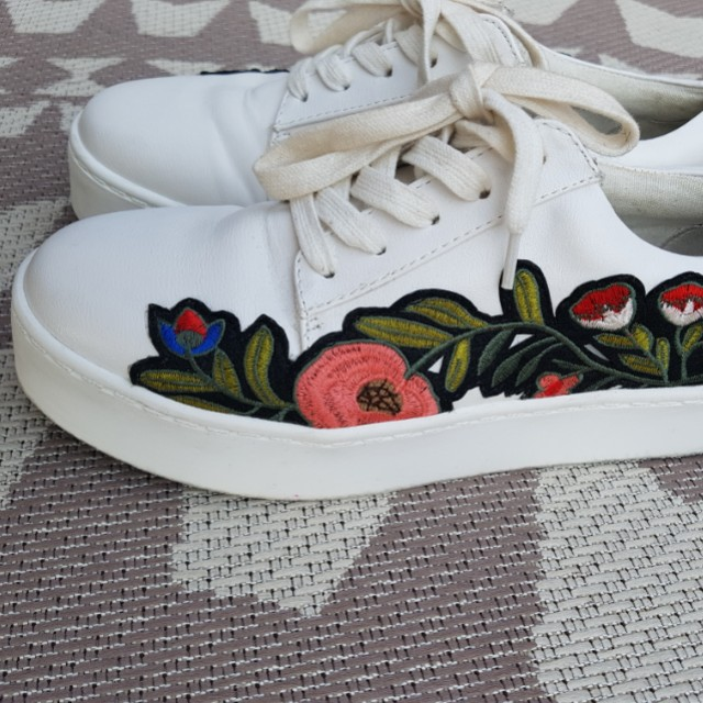 White flower embroidered sneaker