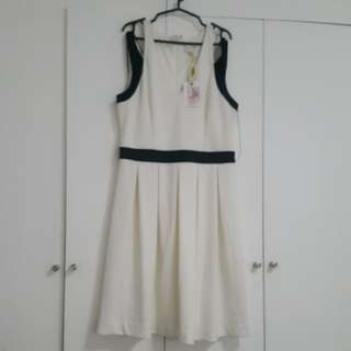 BNWT JESSICA SIMPSON BLACK AND WHITE SLEEVELESS  DRESS WITH SEMI COLD SHOULDER DETAIL SIZE 8 OR MEDIUM