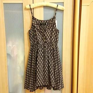 日本品牌細肩帶幾何印花胸前排扣假二件彈性縮腰雪紡絲連身傘洋裝