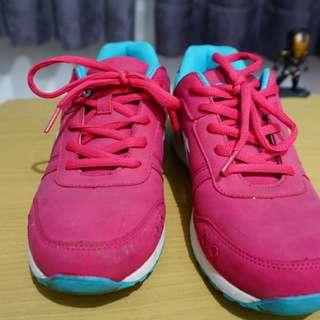 (Preloved) sepatu olahraga diadora