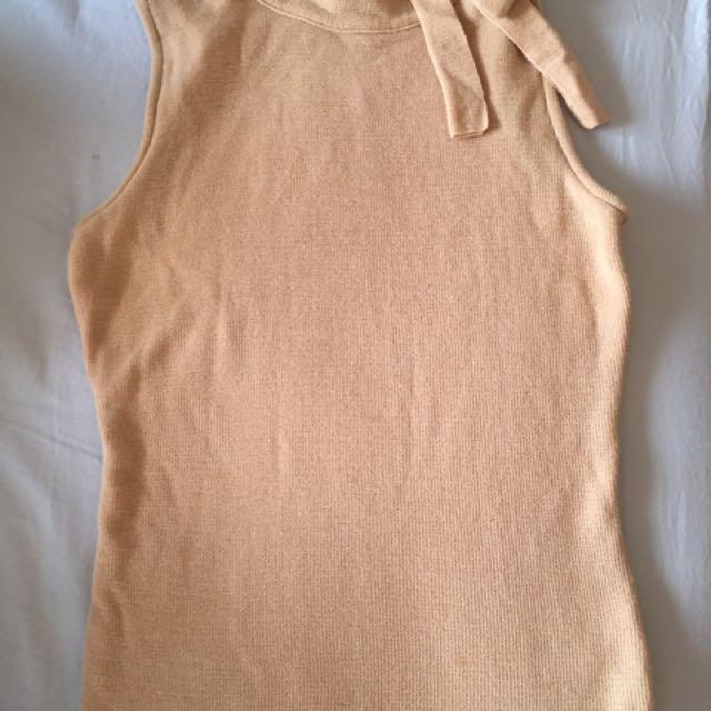Burberry 針織大地色系的無袖上衣有雅緻的小肩扣子跟蝴蝶結帶搭配什麼都很有質感在機場購入的