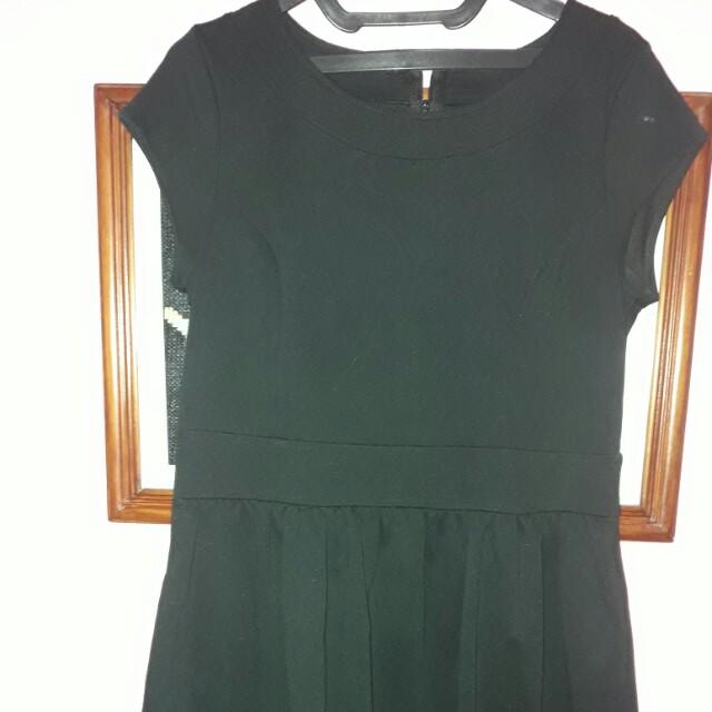 Dress hitam tanpa lengan