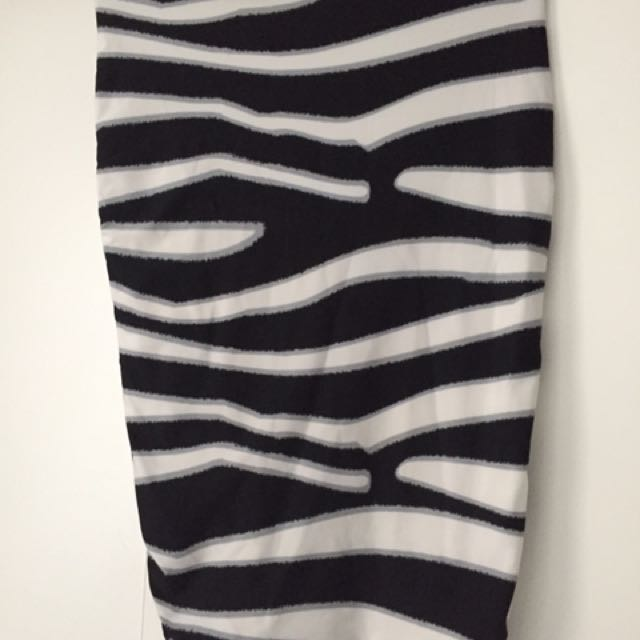 Kookai black and white skirt size 2