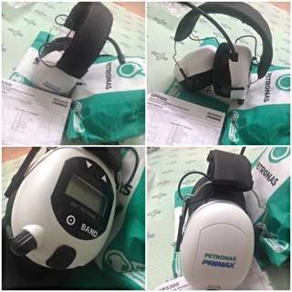 AM/FM Digital Stereo Headphone Radio with Aux-In Jack by Petronas F1